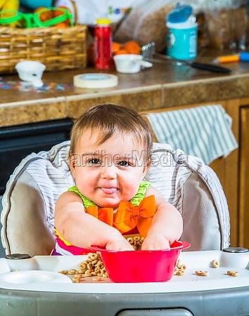 baby girl isst fruehstueck