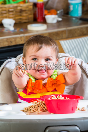 baby isst fruehstueck