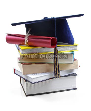 graduierung hut und diplom auf stapel