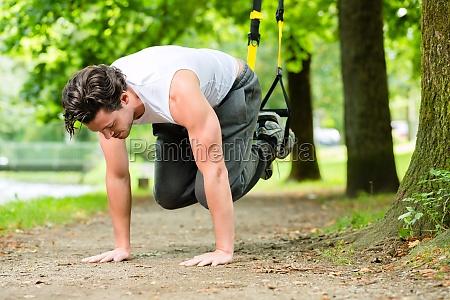 fitness mann beim suspension training