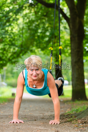 fitness frau beim suspension training