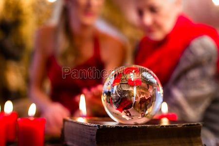 hellseherin waehrend einer seance mit tarotkarten