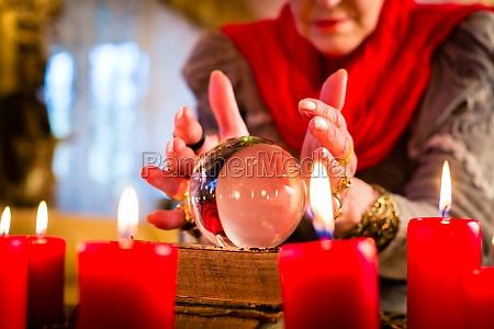 hellseherin waehrend seance mit tarotkarten