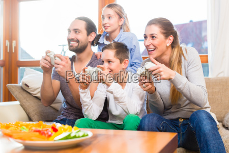 familia joga videogame juntos