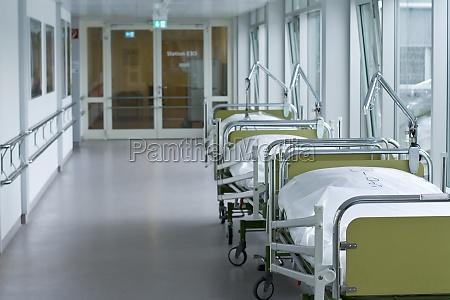 krankenhaus flur mit betten