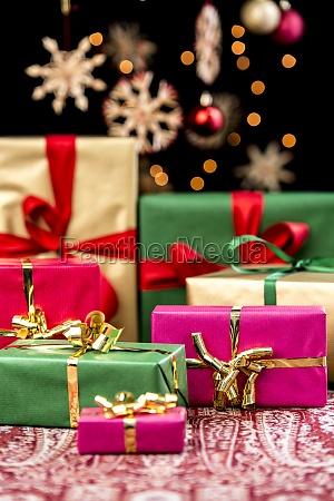 weihnachtspaeckchen mit einfarbigen baendern