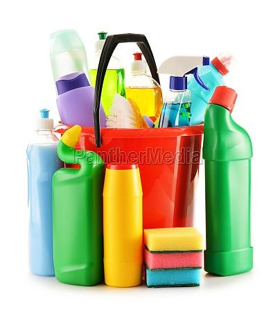 waschmittel flaschen auf weiss isoliert chemische