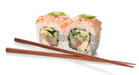 zwei sushi mit staebchen