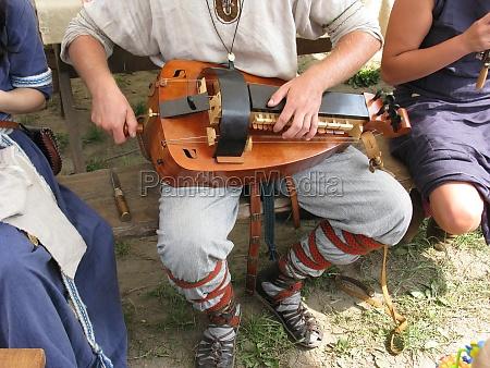 musiker mit drehleier