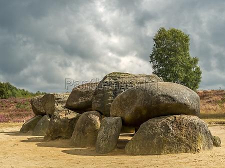 drastischer himmel ueber megalithen in drenthe