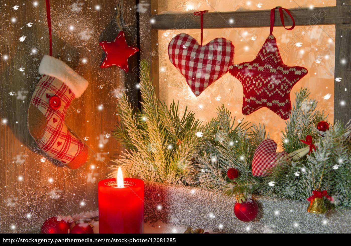 weihnachtsdekoration mit roten kerzen auf fensterbrett. Black Bedroom Furniture Sets. Home Design Ideas
