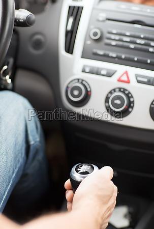 mann das getriebe auf dem auto