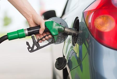 mann benzin in auto an der