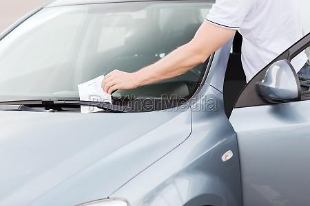 parkschein auf windschutzscheibe