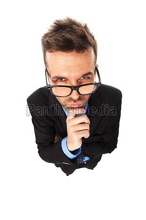 wuetend geschaeftsmann traegt mode brille grimassen