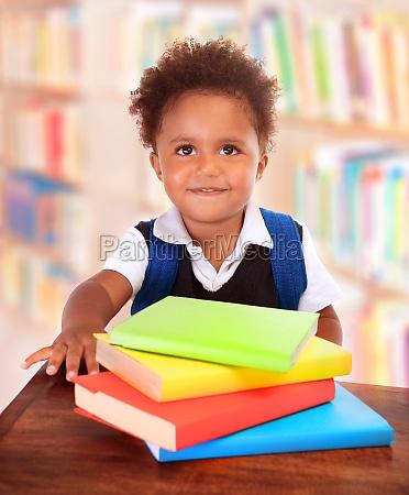 schuljunge in bibliothek