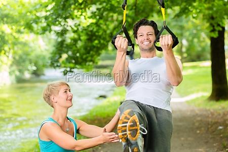 fitness leute beim suspension training