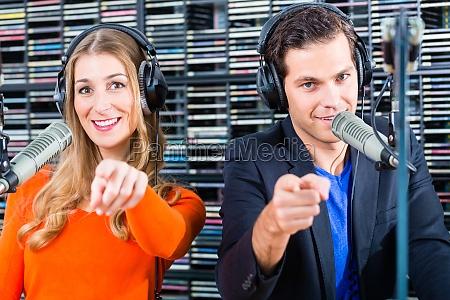 radiomoderatoren in radiosender auf sendung