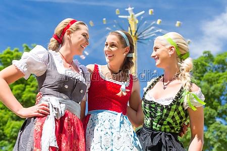 freundinnen besuchen volksfest haben spass