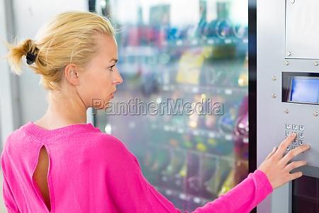 lady mit einem modernen automaten