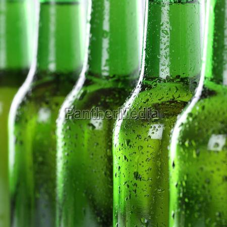bier in flaschen mit wassertropfen