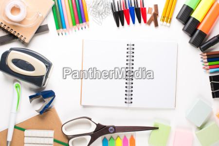 schulausruestung mit notebook