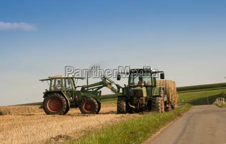 traktor transportiert stroh