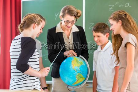 lehrer unterrichtet schueler einer klasse in