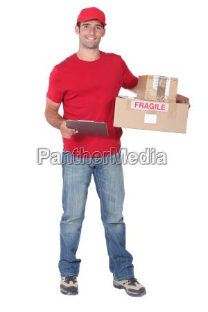 kurier mit paketen und klemmbrett