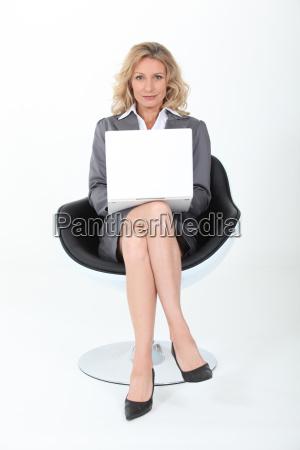 geschaeftsfrau sass im modernen stuhl mit