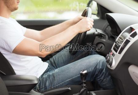 hombre que conducia el coche con