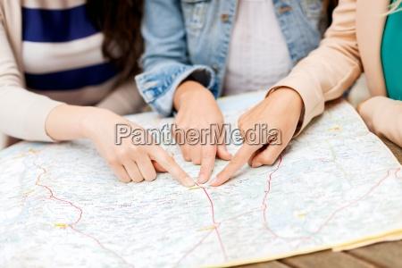 frauen mit touristische karte der stadt