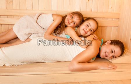 kleine maedchen auf muetter sauna liegend