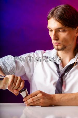 junger mann vorbereitung barkeeper alkohol trinken