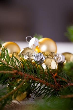 goldener glaenzender christbaumschmuck advebtsschmuck auf gruenen