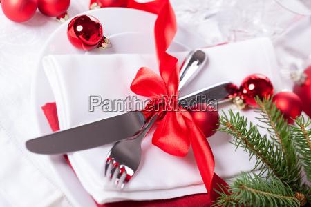 romantische weihnachtstafel mit roten kugeln und