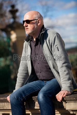 trendiger senior mann mit sportlicher kleidung