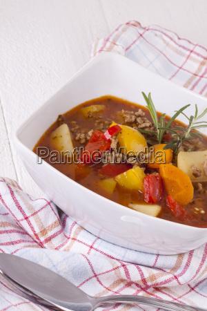 schale mit eintopf gulasch suppe mit