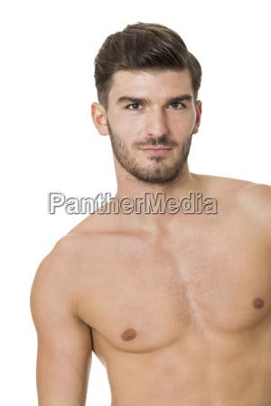 attraktiver muskuloeser junger mann mit freiem