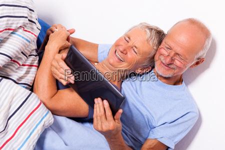 seniorenpaar mit mann und frau liegen
