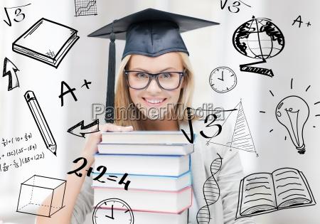 student in der graduierung kappe
