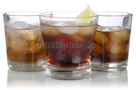 whisky alkohol und cola mit eiswuerfeln