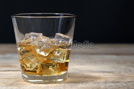 whisky im glas mit eiswuerfeln auf