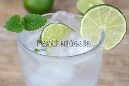 kaltes mineralwasser getraenk im glas mit