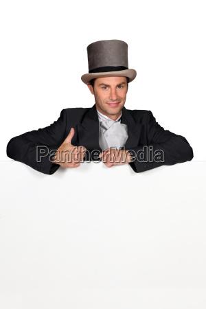mann in hochzeitskleidung mit blankem message