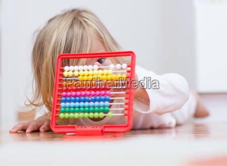 kleines maedchen lernt mit abacus