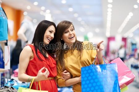 zwei freundinnen mit einkaufstueten