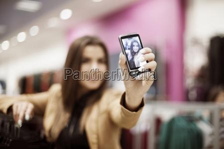 frau die selbstportraetfoto in einkaufszentrum