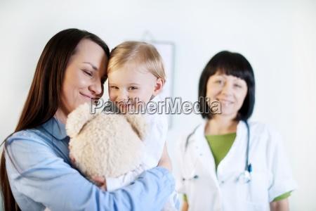 mutter und baby im doktorbuero
