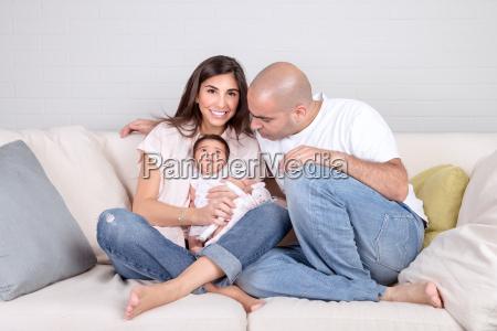glueckliche familie zu hause